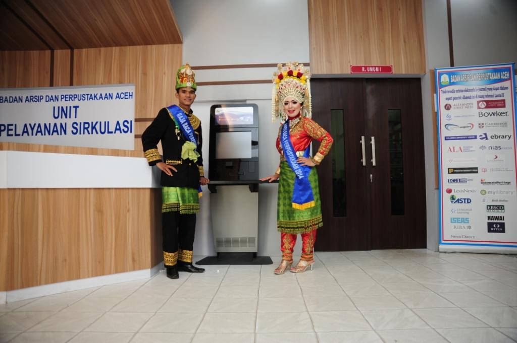 Raja dan Ratu Baca Aceh Tahun 2014 bersama Anjungan Peminjaman Mandiri di Sirkulasi Perpustakaan Wilayah Aceh.